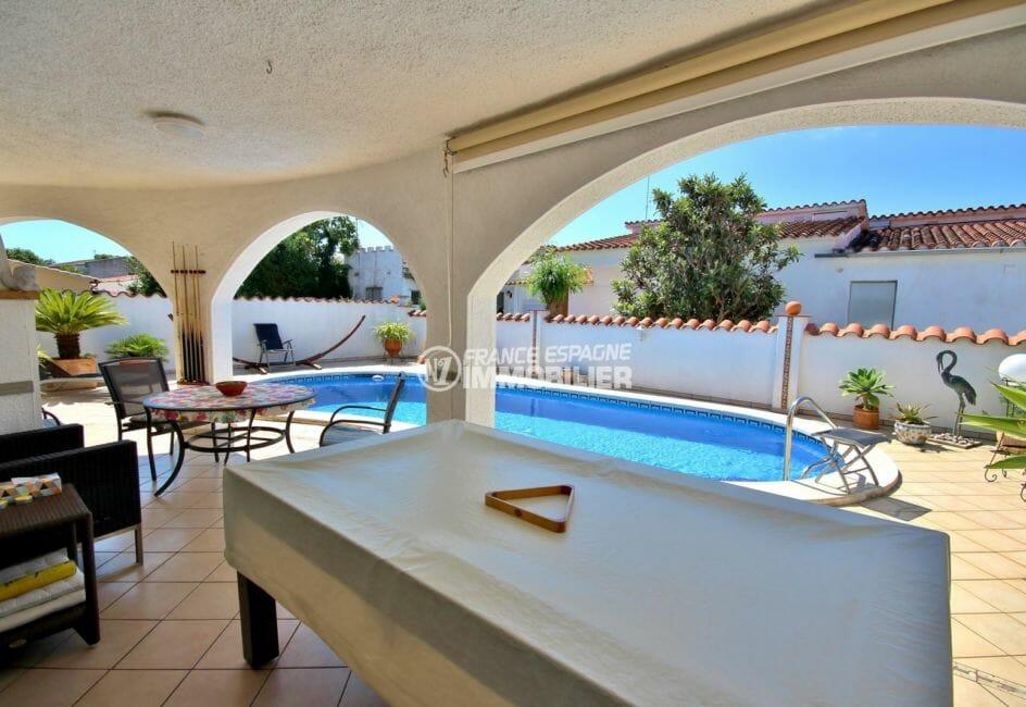 maison à vendre empuriabrava, garage, terrasse avec piscine, coin repas et billard
