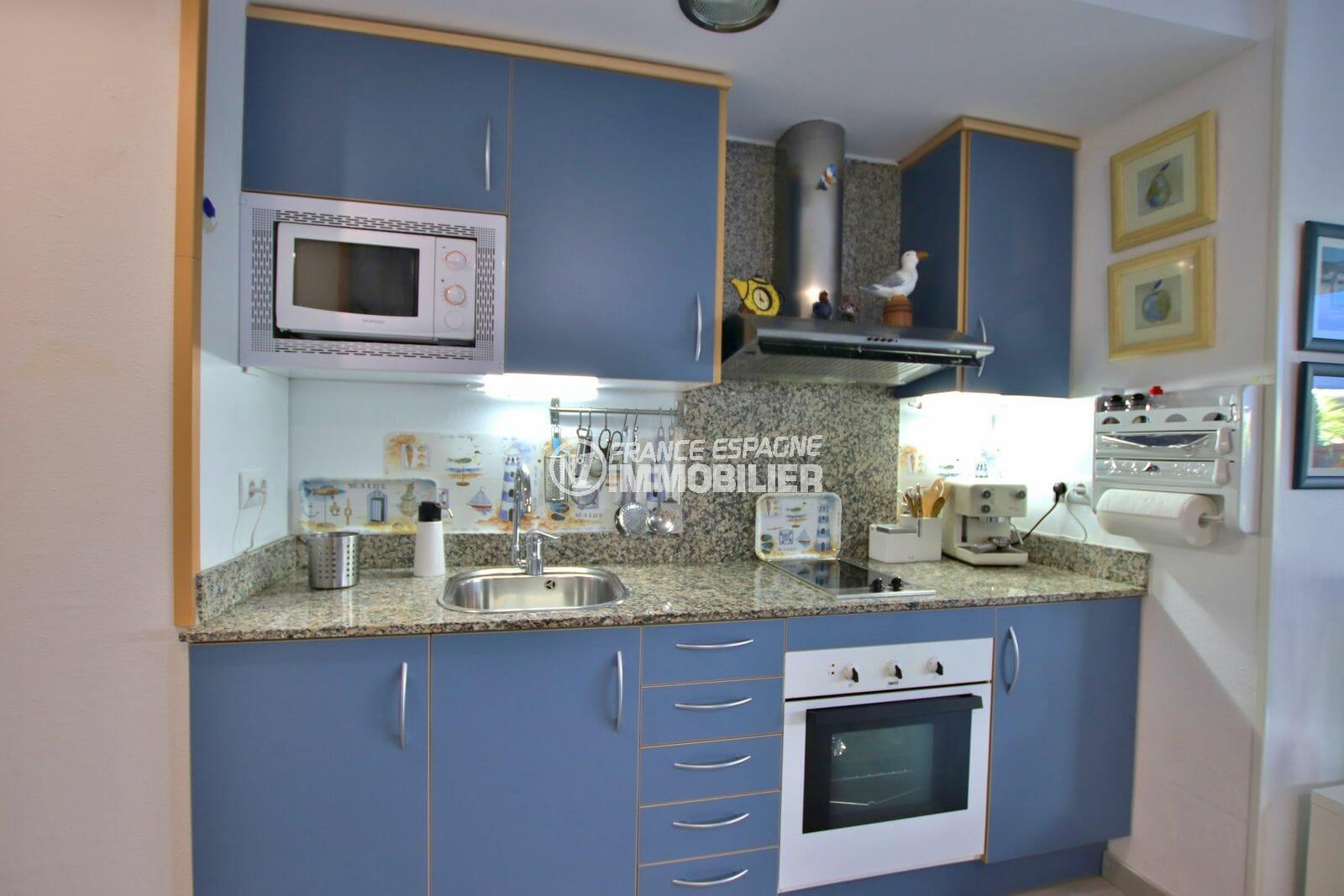 achat appartement rosas, proche plage, cuisine équipée et fonctionnelle avec rangements