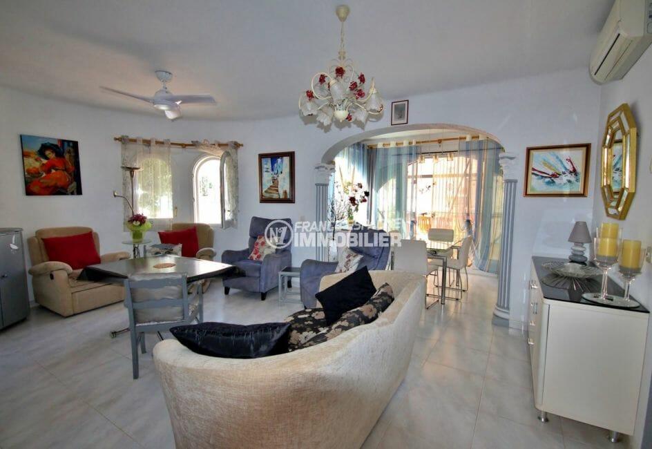 maison a vendre empuria brava, piscine, salon / séjour avec des rangements