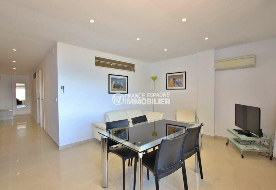 roses espagne: appartement 65 m², salon / séjour avec cuisine ouverte