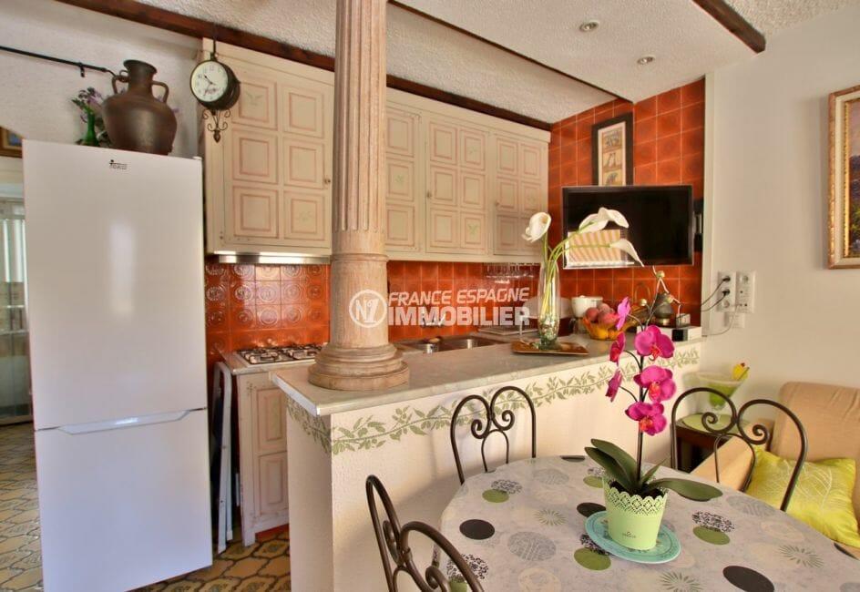 vente immobilier costa brava: appartement 47 m², cuisine ouverte sur le salon, coin repas