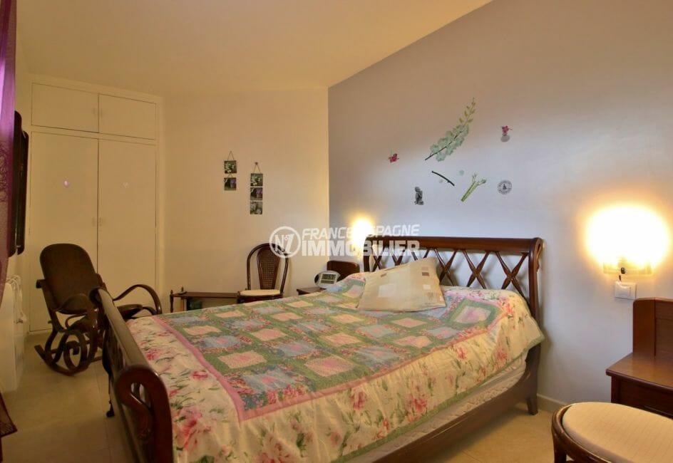 appartements a vendre a rosas, parking, première chambre avec lit double et placards