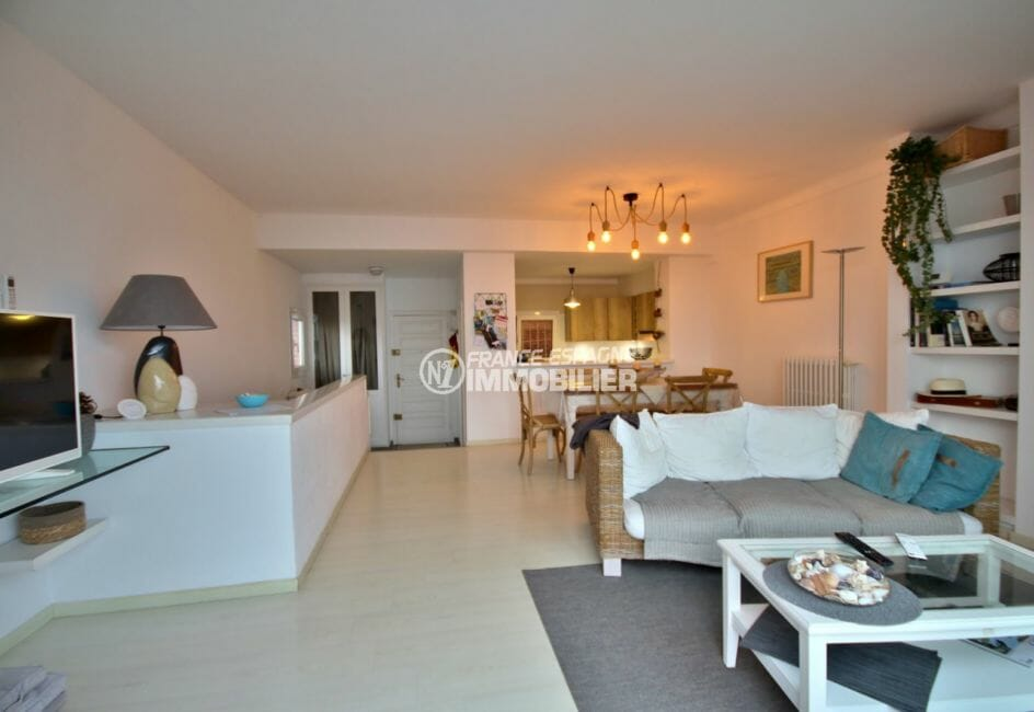 achat appartement rosas, proche plage, salon / séjour avec cuisine américaine semi ouverte