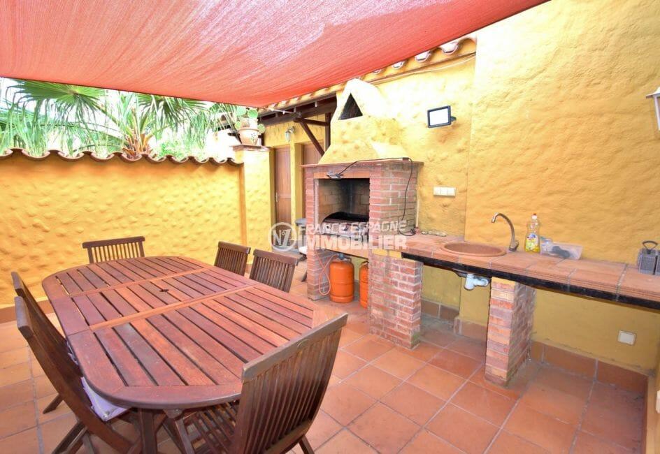 maison à vendre empuriabrava, garage, cuisine d'été et barbecue coin repas accès salon