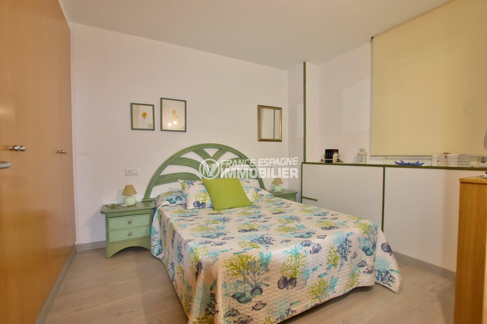 acheter appartement rosas, piscine, chambre avec lit double et rangements