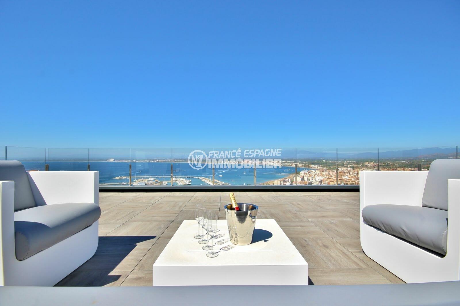 immo center rosas: villa 300 m², terrasse coin détente aménagée avec vue sur la mer