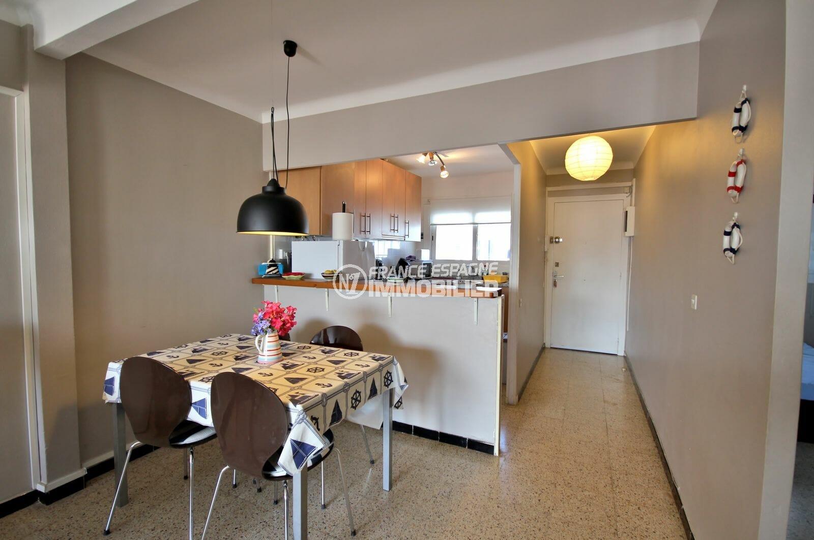 vente appartement empuriabrava, proche plage, cuisine ouverte sur le salon avec coin repas
