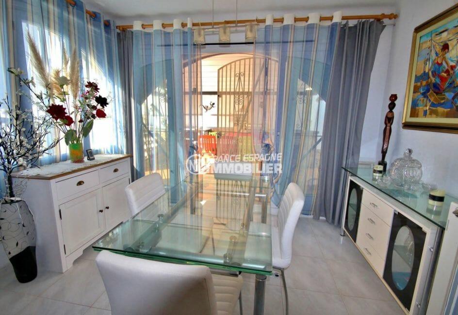 maison a vendre empuriabrava, proche plage, séjour coin repas accès terrasse couverte