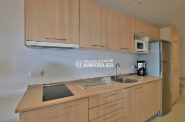immo center rosas: appartement 65 m², cuisine équipée avec rangements ouverte sur le salon