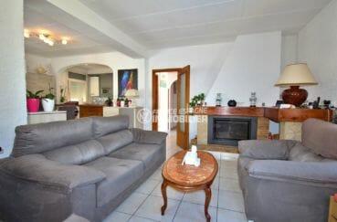 maison a vendre empuriabrava, piscine, salon / séjour avec belle cheminée et cuisine ouverte