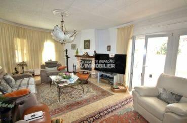 acheter maison empuriabrava, piscine, salon lumineux avec jolie cheminée accès terrasse
