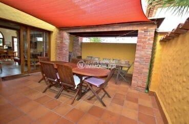 maison a vendre a empuriabrava, piscine, terrasse à l'étage avec coin repas accès salon