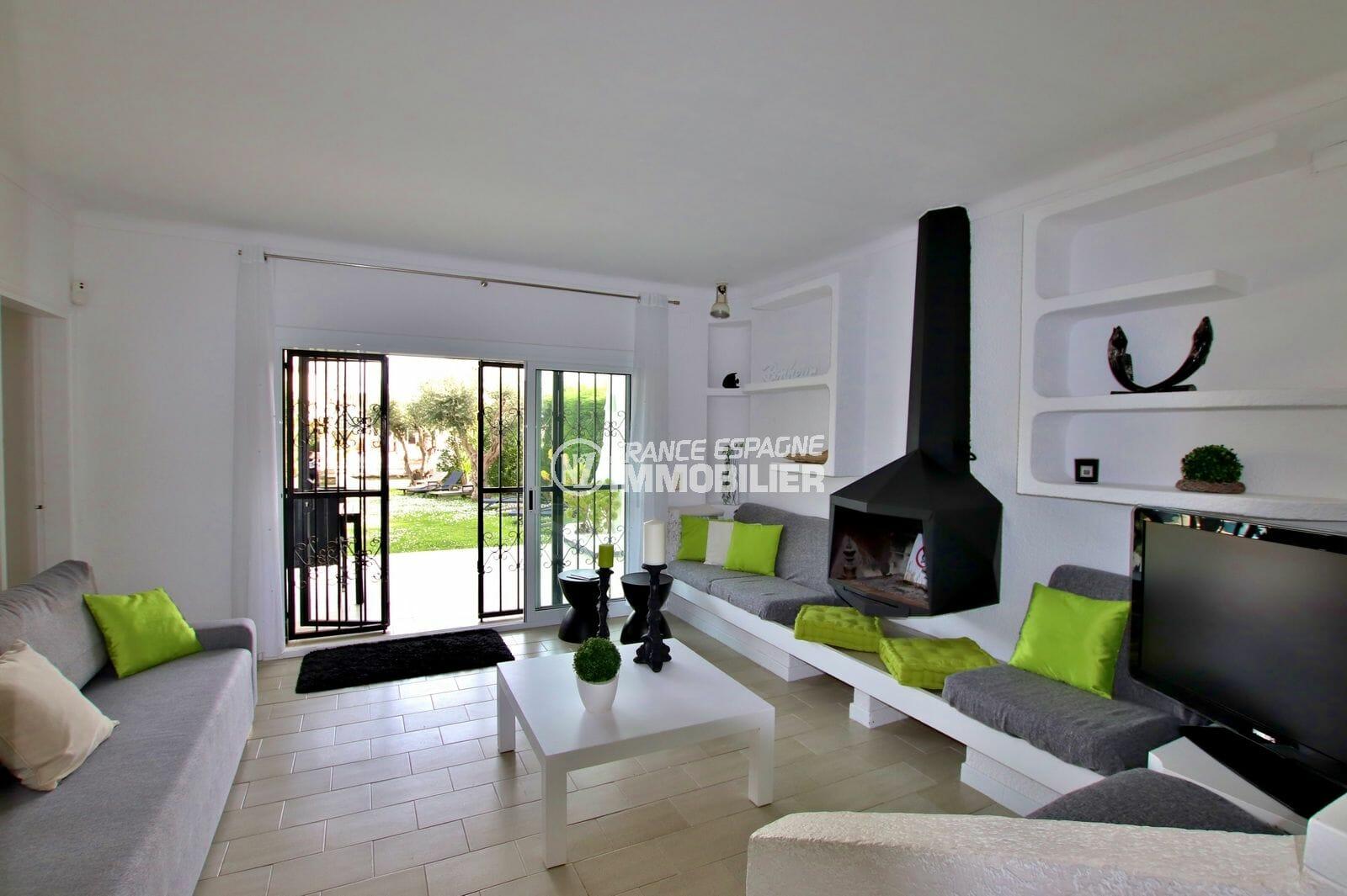 immo empuriabrava: villa 94 m², salon / séjour lumineux avec cheminée accès jardin