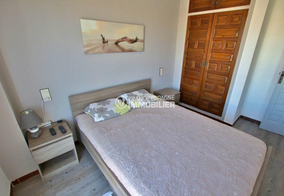 agence immobiliere costa brava: villa rénovée, première chambre avec lit double et placards