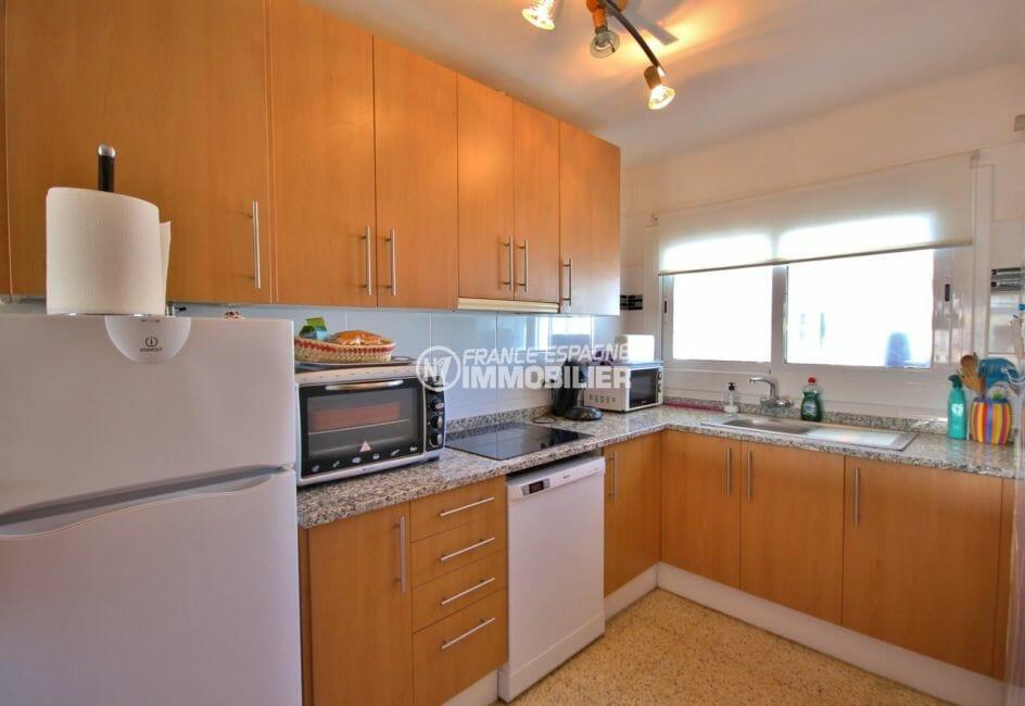 immo empuriabrava: appartement 72 m², cuisine américiane équipée avec des rangements