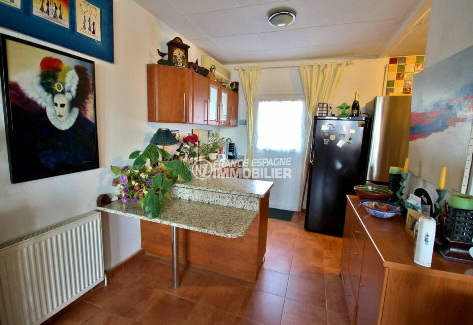 immocenter roses: villa 84 m² , aperçu entrée de la cuisine américaine