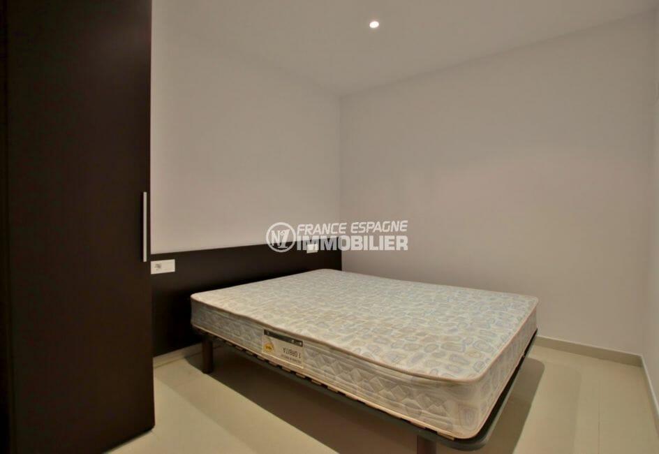 appartement a vendre a rosas, vue mer, première chambre avec lit double et placards