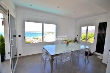 immo center roses: villa 300 m², coin repas avec vue sur la mer accès terrasse