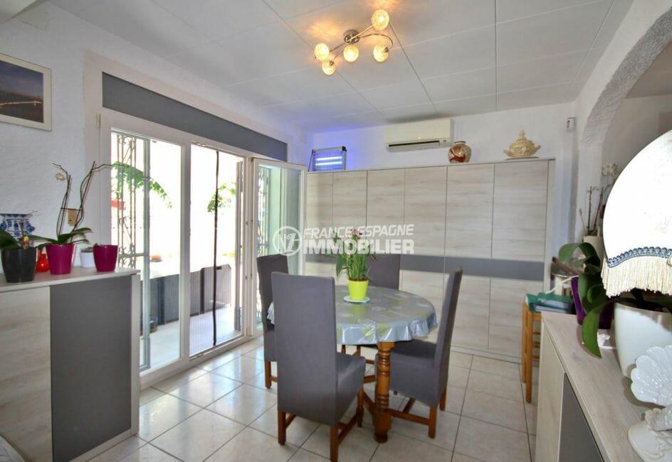 immo empuriabrava: villa plain-pied, coin repas près de la cuisine accès terrasse