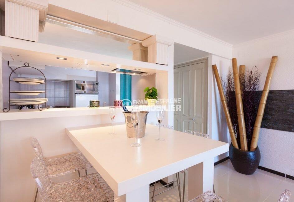 vente appartement rosas espagne, proche plage, cuisine semi ouverte avec coin repas