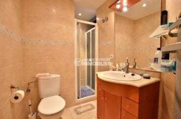 vente appartement rosas espagne, 45 m², salle d'eau avec cabine de douche, vasque et wc