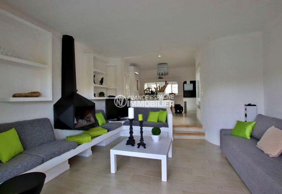 agence immobiliere costa brava: villa 94 m², grand salon / séjour avec cuisine ouverte coin repas
