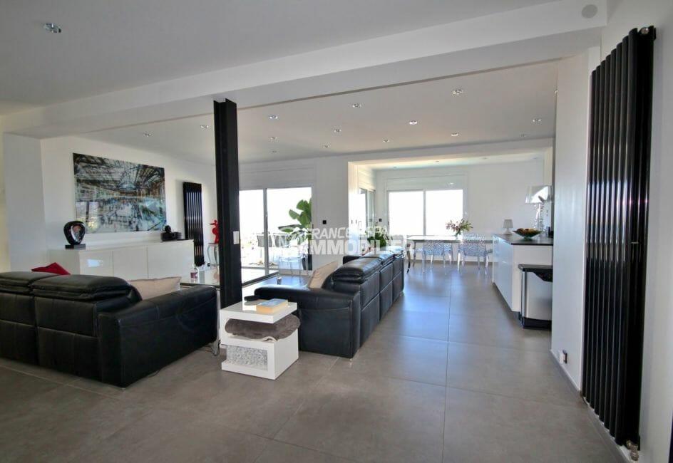 la costa brava: villa 300 m², salon / séjour spacieux et lumineux avec accès terrasse