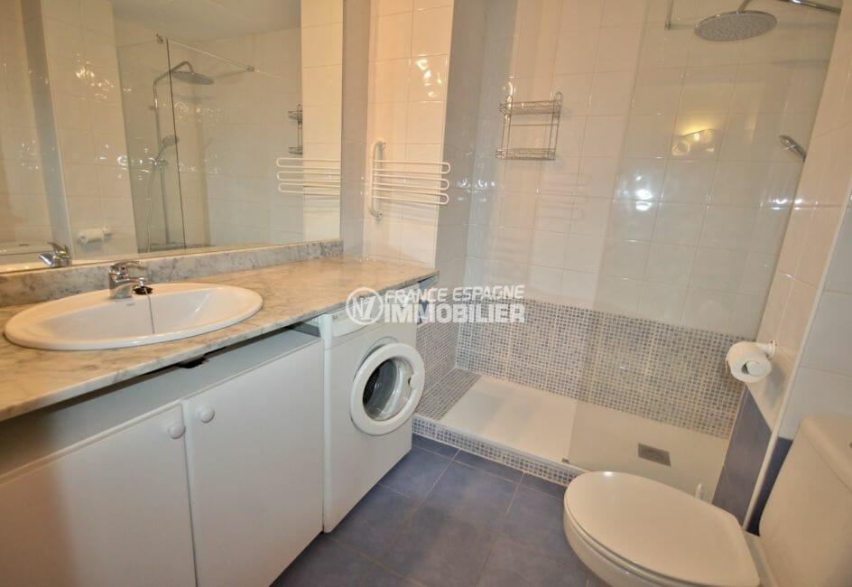 vente appartements rosas espagne, cave, salle d'eau avec douche, vasque et wc