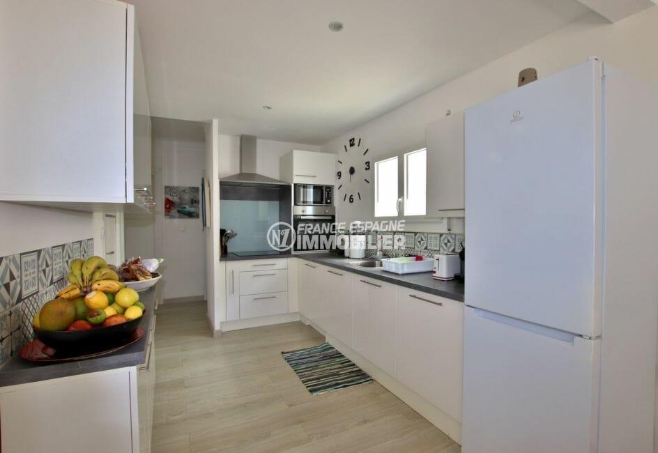 immocenter roses: villa ref.3980, cuisine américaine équipée avec nombreux rangements (appartement au 2nd)