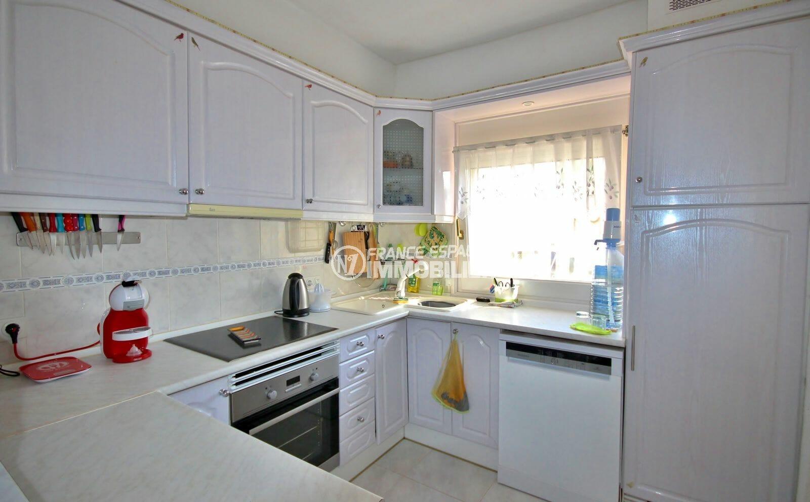 vente immobiliere costa brava: villa 104 m², cuisine équipée et fonctionnelle ouverte sur le salon