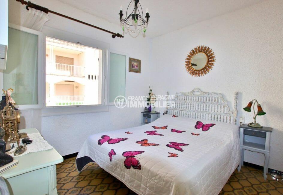 appartement a vendre empuriabrava, parking, chambre lumineuse avec des rangements
