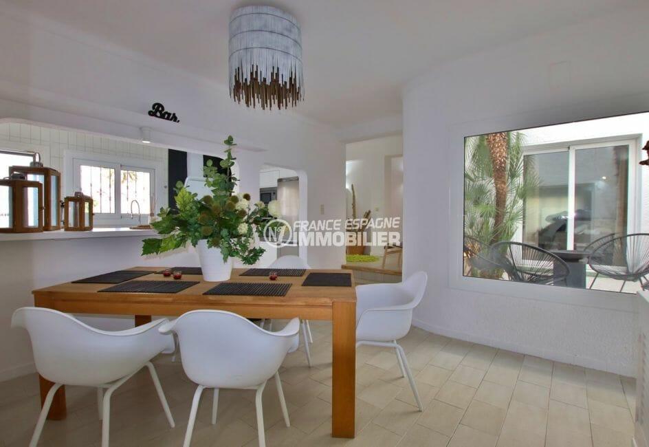 costa brava maison a vendre, avec amarre, cuisine ouverte sur le salon coin repas
