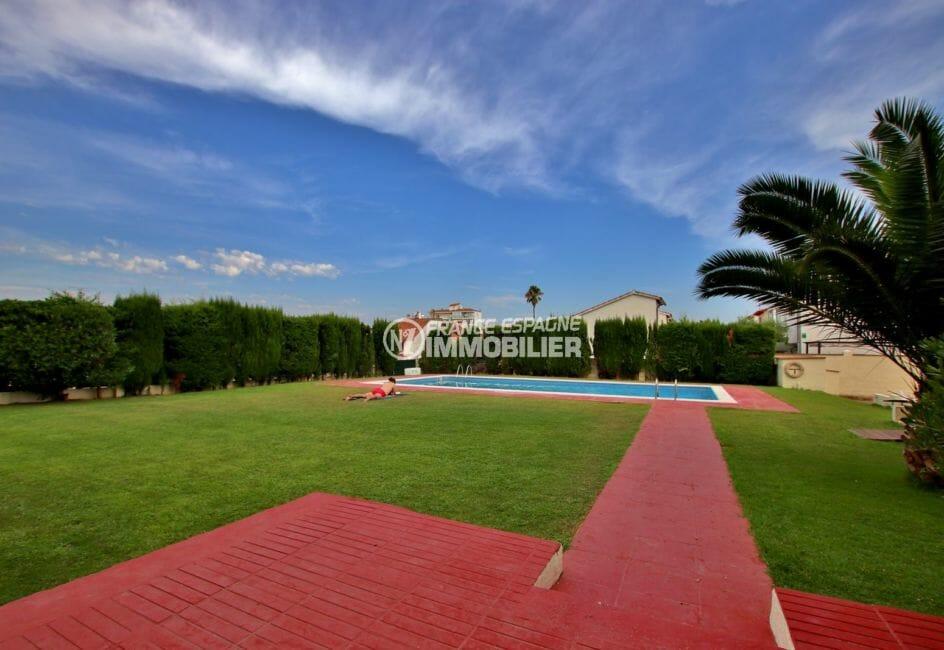 vente appartements rosas espagne, 45 m², aperçu de la piscine communautaire et ses extérieurs