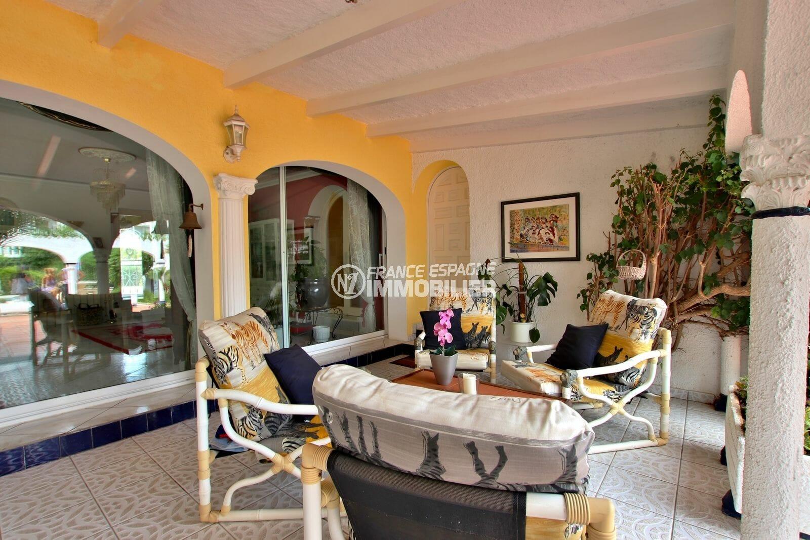 agence empuriabrava: villa 544 m², coin détente sur la terrasse accès salon