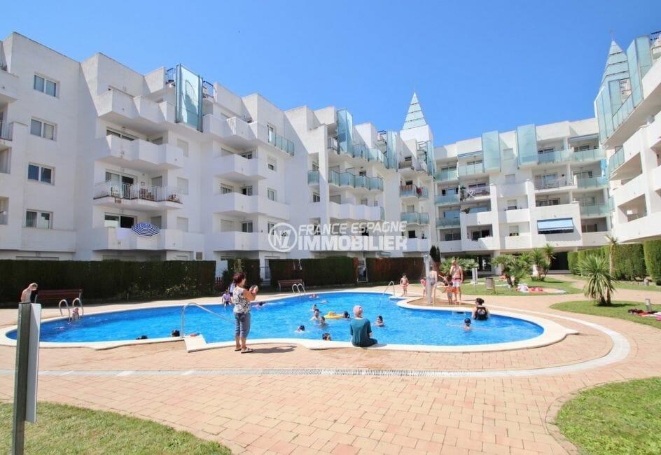 vente appartements rosas espagne, 44 m², aperçu de la résidence avec piscine communautaire
