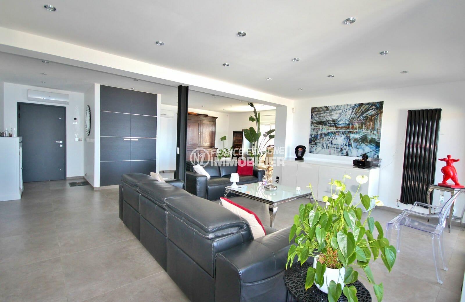achat rosas espagne: villa 300 m², aperçu de la porte d'entrée, grand salon avec rangements