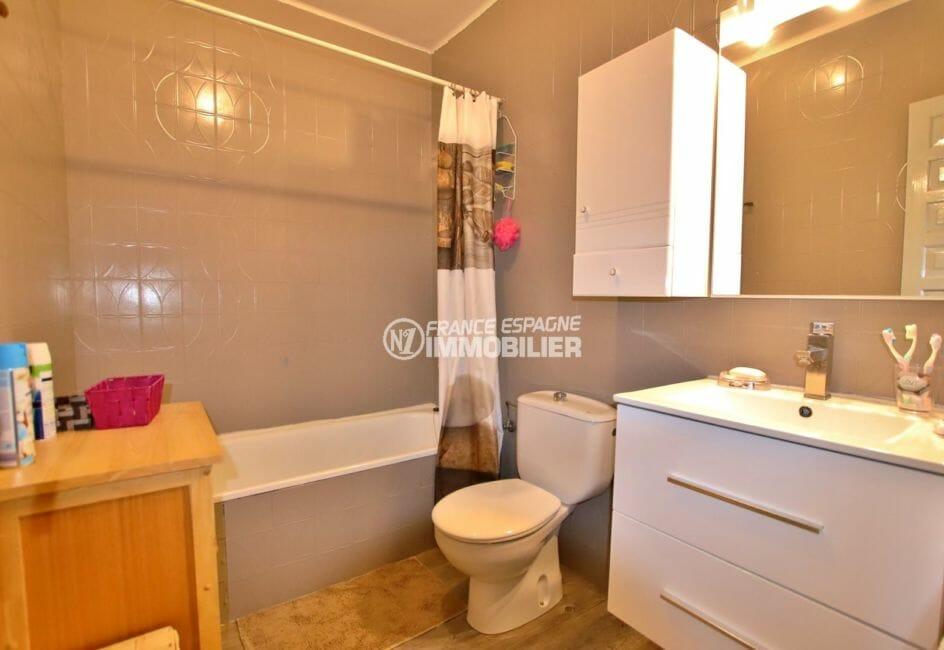 maison a vendre espagne rosas, proche plage: salle de bains avec baignoire, vasque et wc