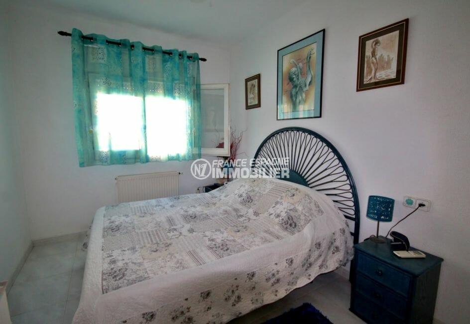 agence immobilière costa brava: villa 104 m², première suite parentale avec lit double