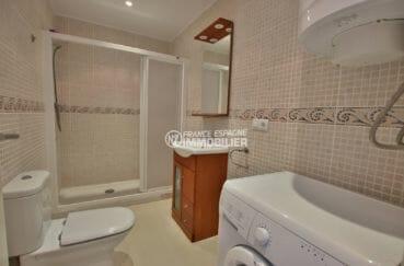 agence immobiliere costa brava: appartement 65 m², salle d'eau avec cabine de douche, vasque et wc