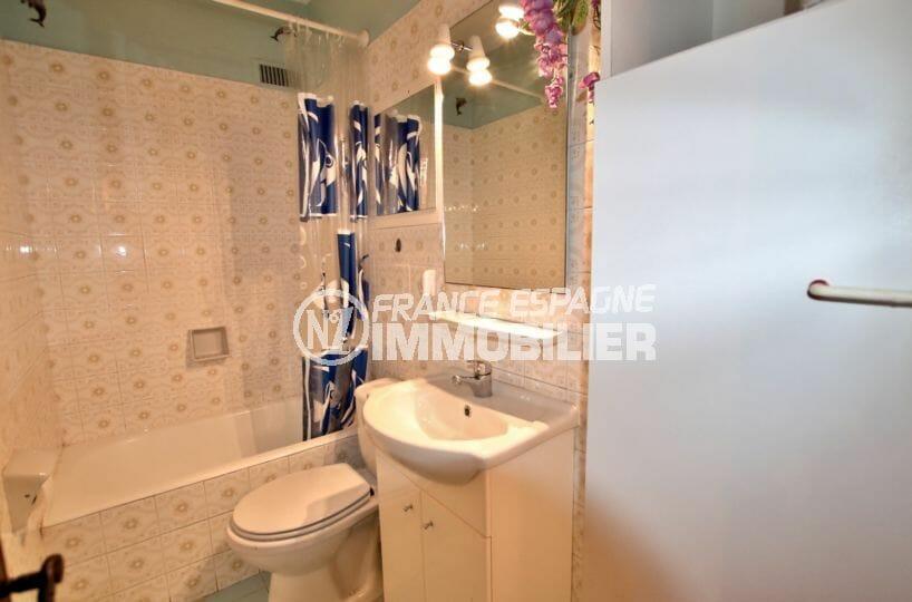 vente appartements rosas espagne, piscine, salle de bains avec baignoire, vasque et wc