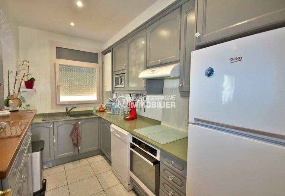 la costa brava: villa 94 m² construit, terrain 427 m² avec piscine, cuisine fonctionnelle ouverte sur le salon