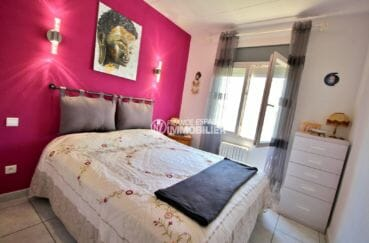 agence immobilière costa brava: villa empuriabrava, première chambre avec lit double