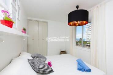 appartement à vendre à rosas espagne, vue mer, chambre lumineuse avec lit double et placards