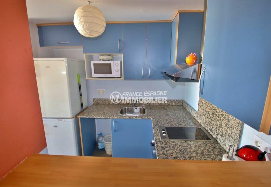 appartement rosas vente, piscine, cuisine ouverte équipée et fonctionnelle