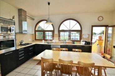 agence empuriabrava: villa 170 m², cuisine américaine équipée et spacieuse avec rangements