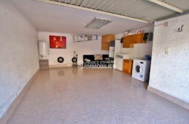 immocenter roses: villa secteur résidentiel, garage de 25 m² avec rangements