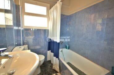 immo empuria: appartement 72 m², salle de bains avec baignoire, vasque et wc