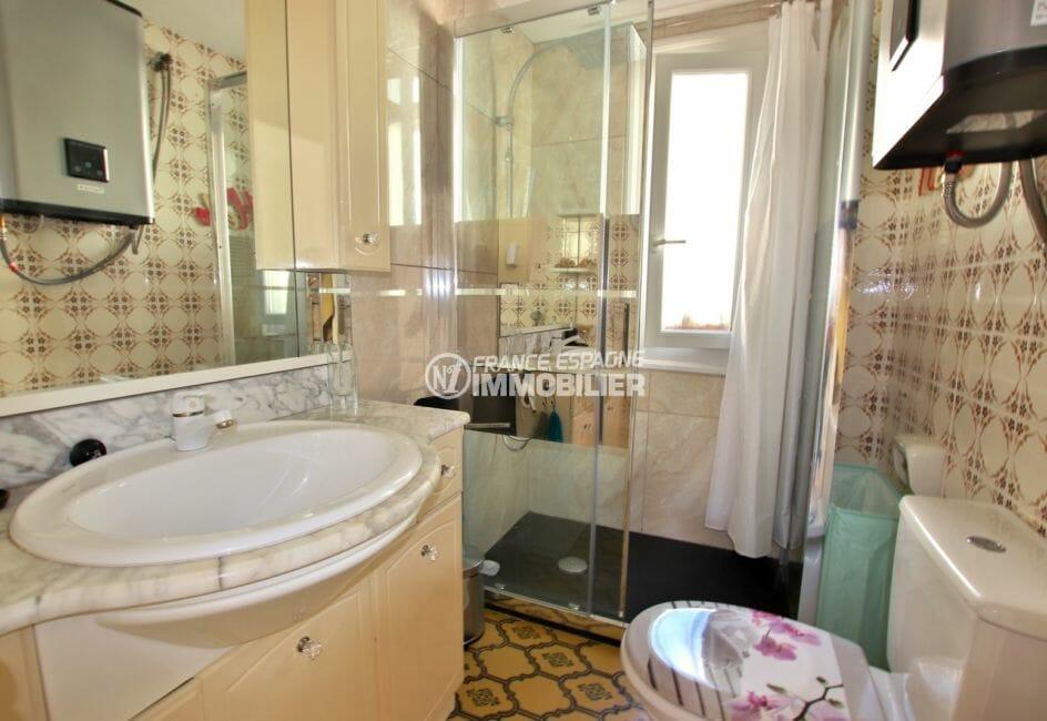 achat immobilier costa brava: appartement 47 m², salle d'eau avec cabine de douche, vasque et wc