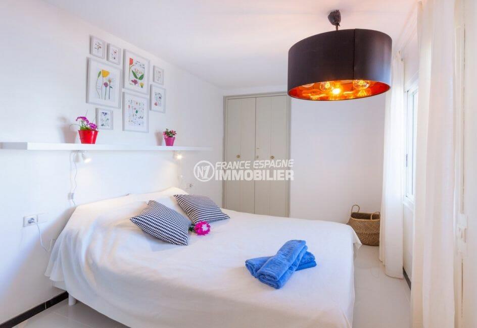 appartement rosas vente,piscine, chambre avec lit double et placards