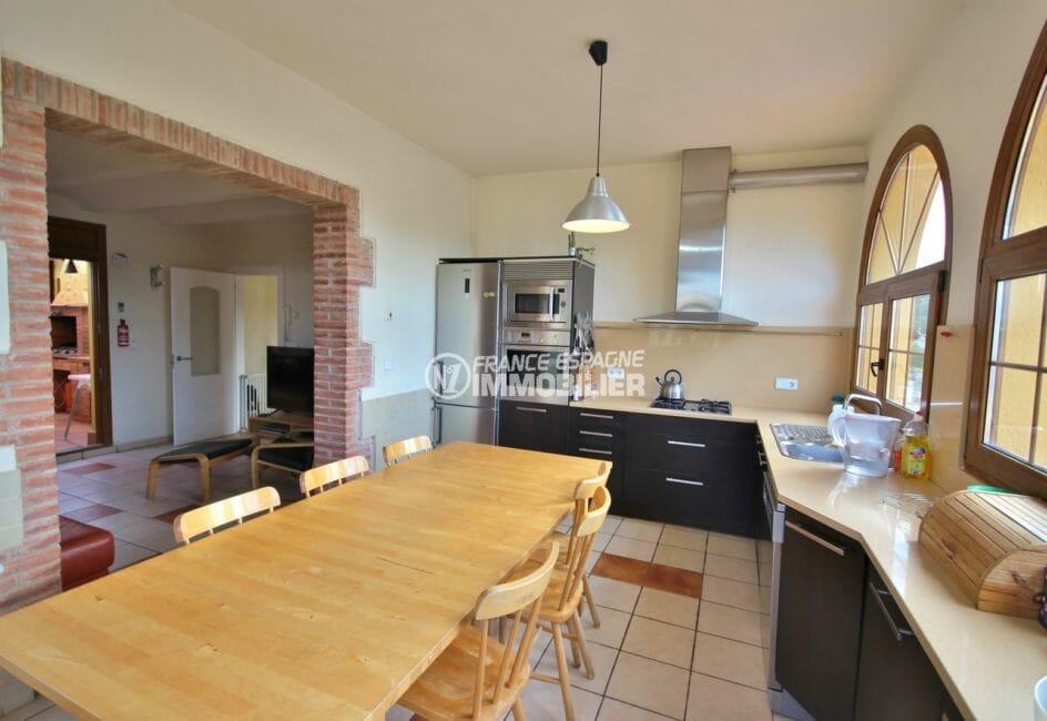 vente villa empuriabrava, garage, cuisine américiane fonctionnelle avec coin repas spacieux
